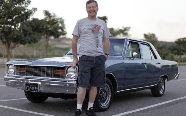 Fábio Pagotto, colecionador de carros e especialista em carros antigos, ao lado do seu Dodge Dart 1979