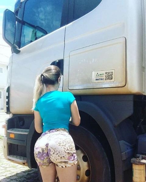 Conheça Aline, a caminhoneira catarinense que arranca ...