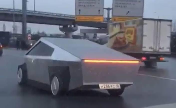 Já tem réplica idêntica do Cybertruck da Tesla circulando pela Rússia