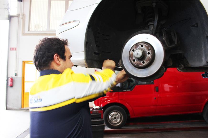 As pinças dos travões, juntamente com as pastilhas e os discos dos travões, são peças vitais do sistema de travões automóvel.